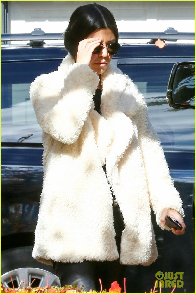 kourtney kardashian truth about staying close with her sisters 083546153