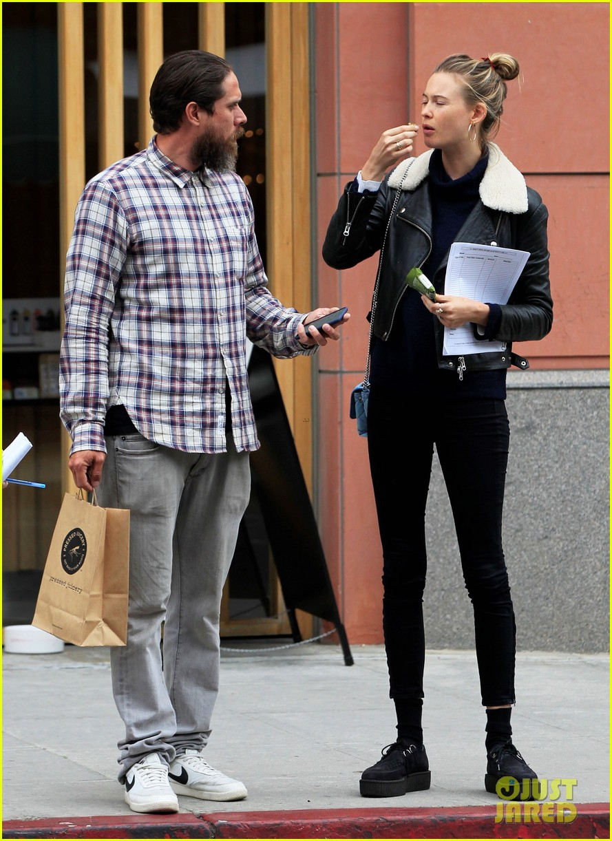 adam levine films broad city with behati prinsloo by his side 083557609