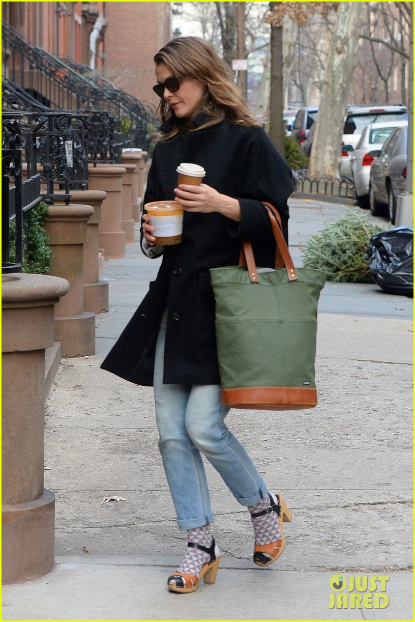 keri russell steps out after pregnancy news revealed 243546014