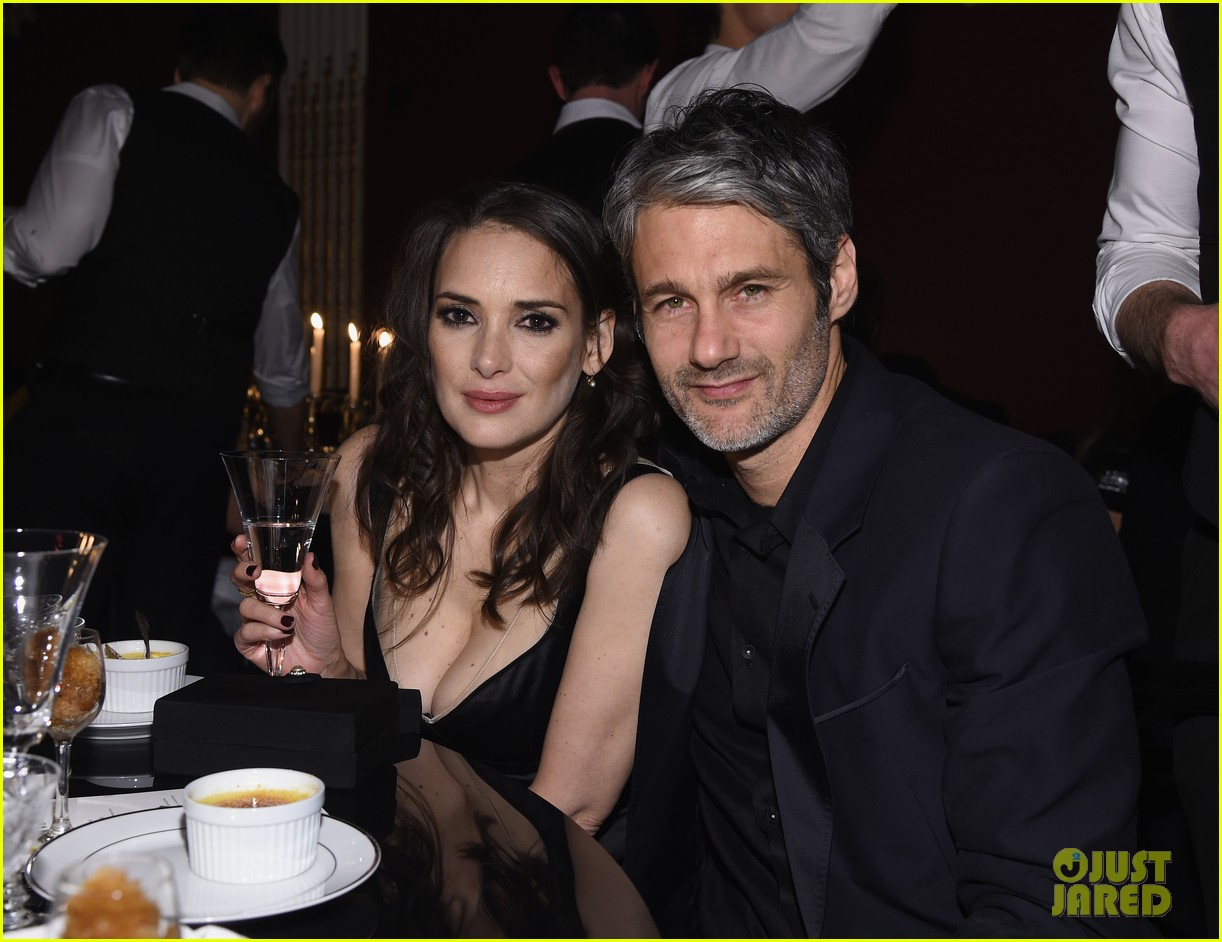 winona ryder juno temple help marc jacobs celebrate beauty velvet noir 013555335
