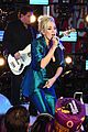 carrie underwood new years eve 2016 04