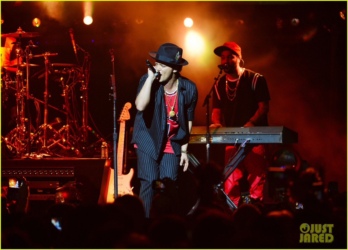 a review of bruno mars concert Bruno mars has all of the finesse of the women he sings about, and the 24k magic world tour concert is non-stop, dazzling entertainment, but what.