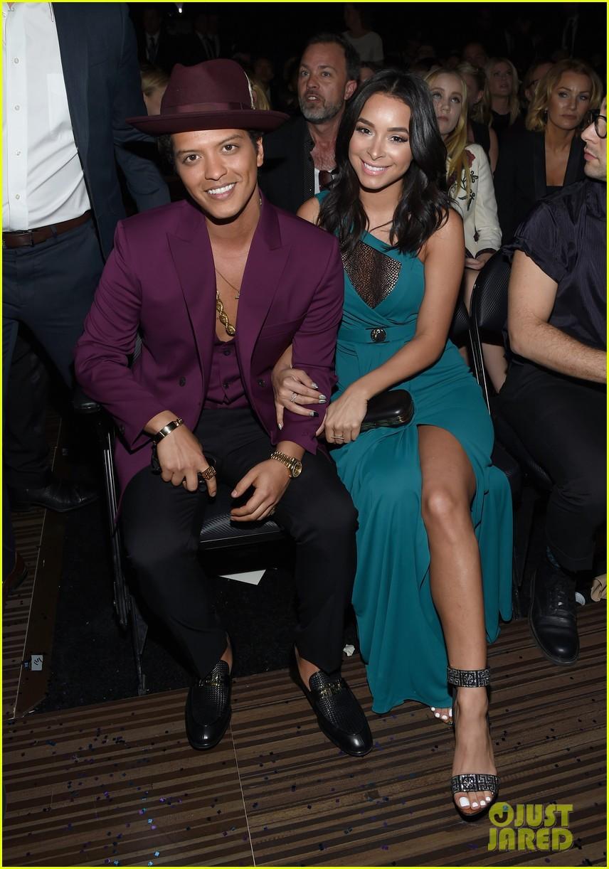 Bruno Mars Amp Mark Ronson Take Home Best Pop Duo At Grammys