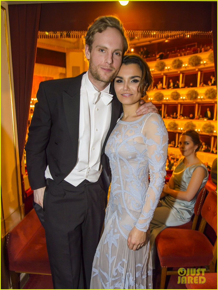 jai courtney dresses up for vienna ball with samantha barks 043570266