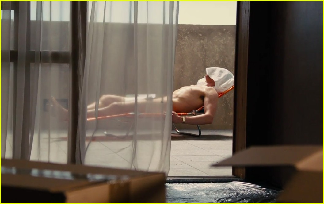 tom hiddleston puts body on display high rise 063573052