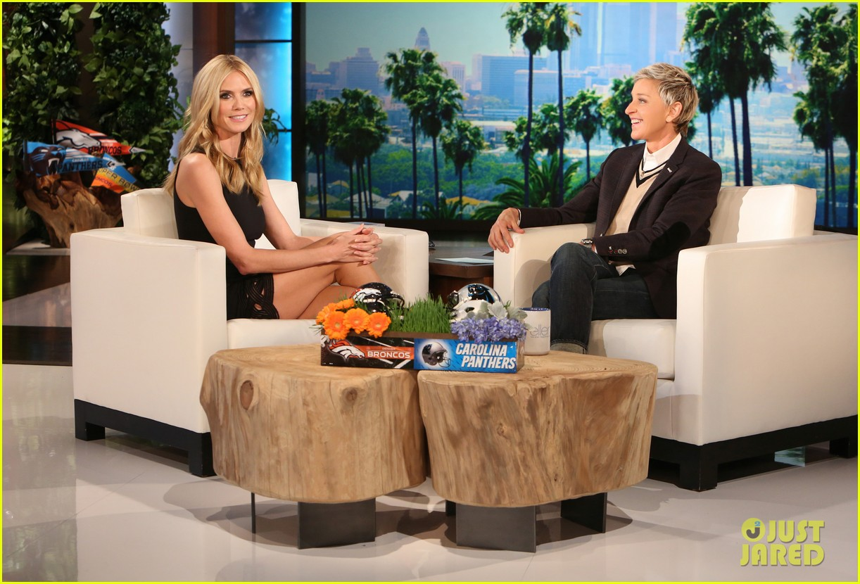 heidi klum lifts up her dress flashes underwear on ellen 013569382