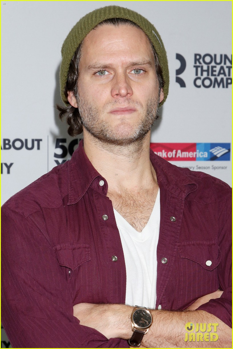 ahna oreilly thanks steven pasquale for his handsomeness 053569391