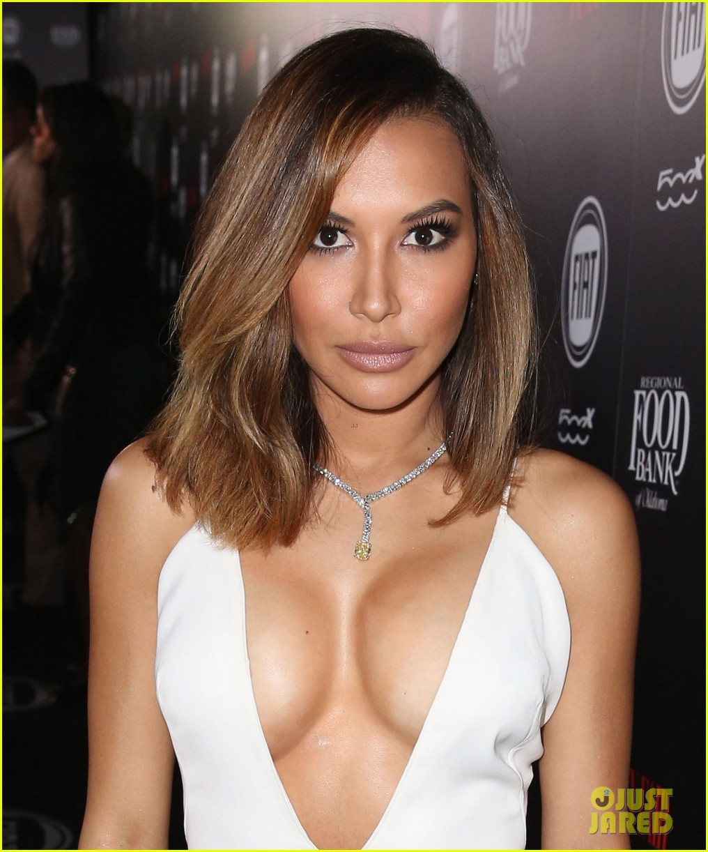 naya rivera flaunts major cleavage vanity fair party 063587128