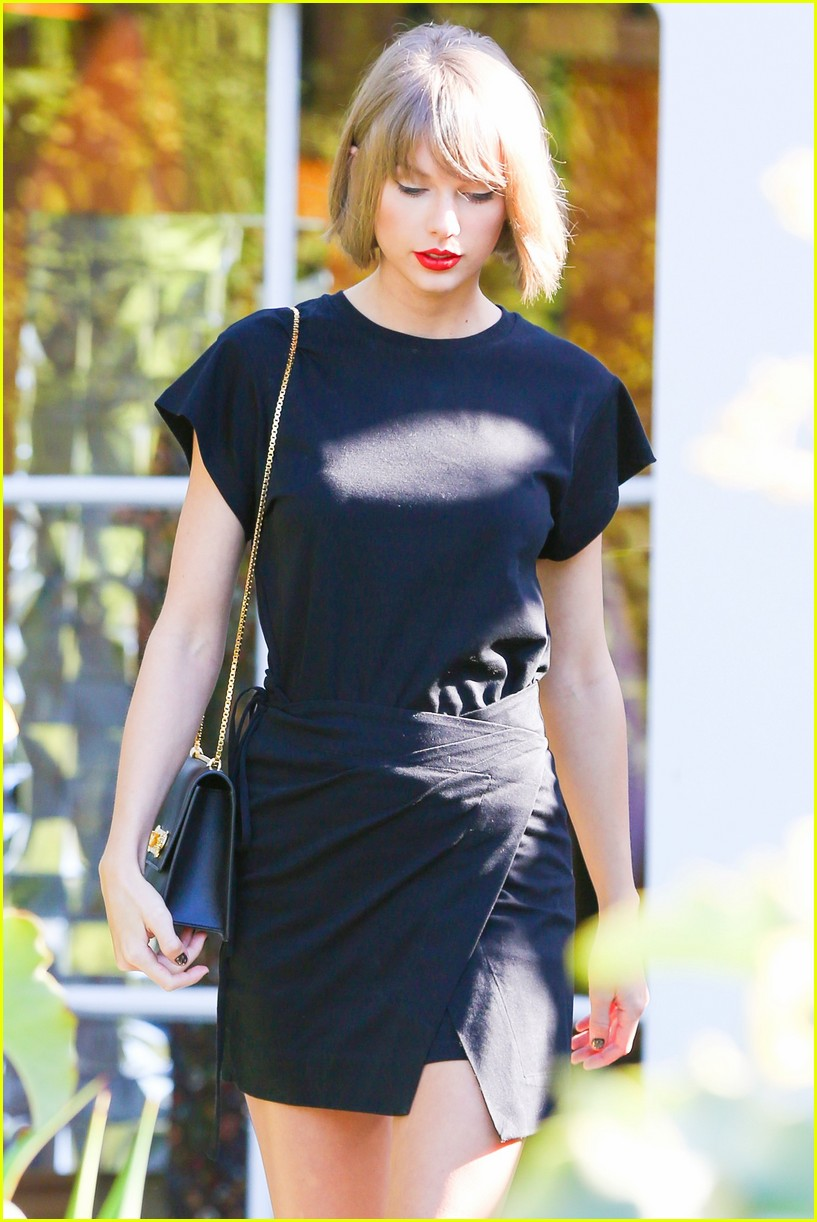 Taylor Swift Donates 1 989 To Help Fan Break College Charity Record Photo 3588035 Taylor Swift Pictures Just Jared