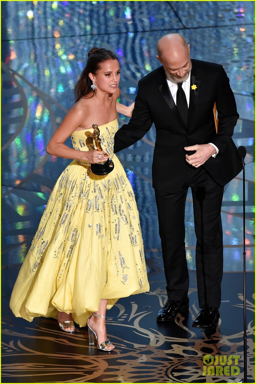 alicia vikander wins best supporting actress at oscars 2016 073592436