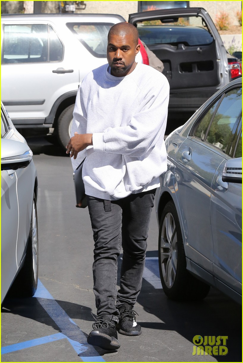 kanye west hires scooter braun manager 023618845