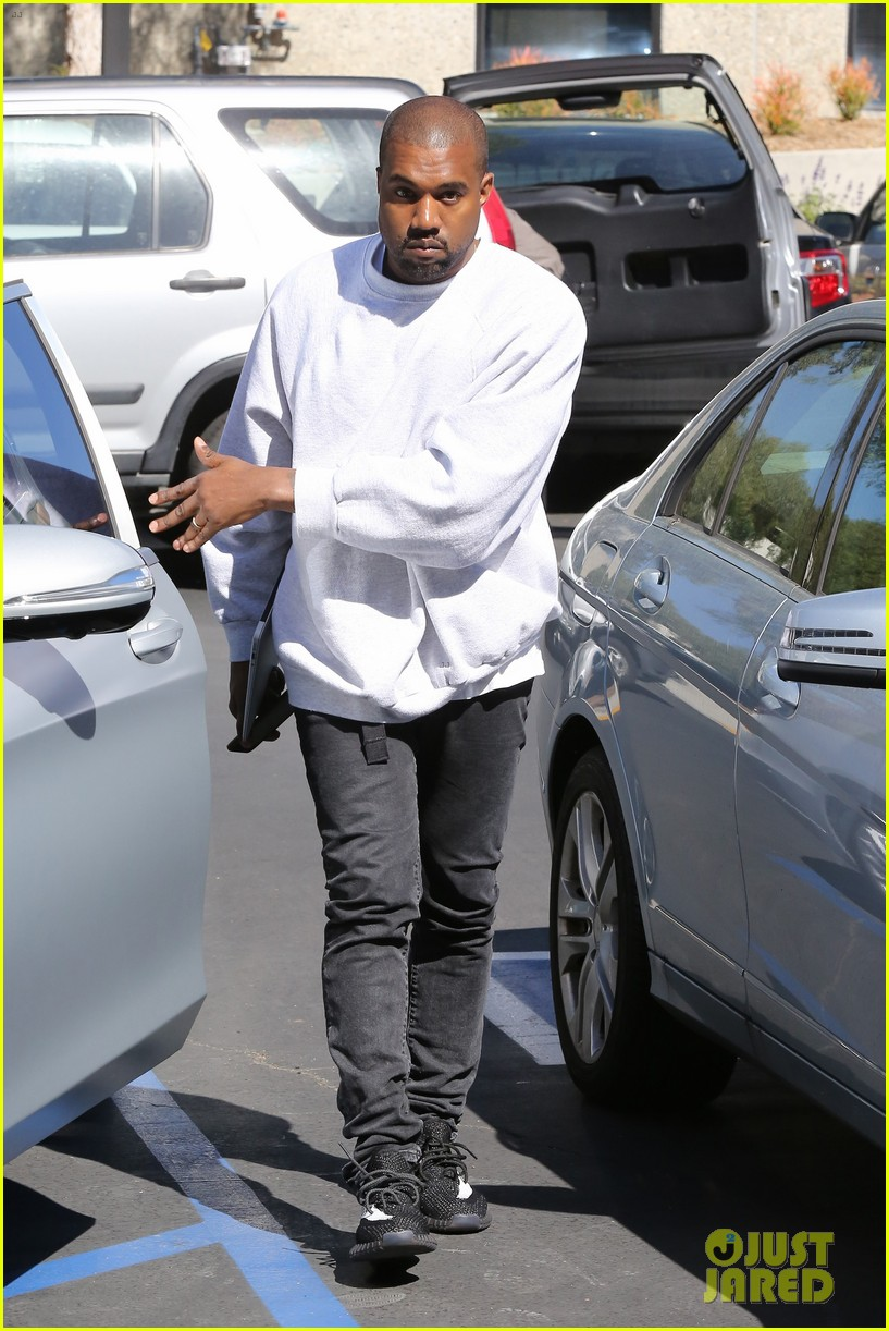 kanye west hires scooter braun manager 043618847