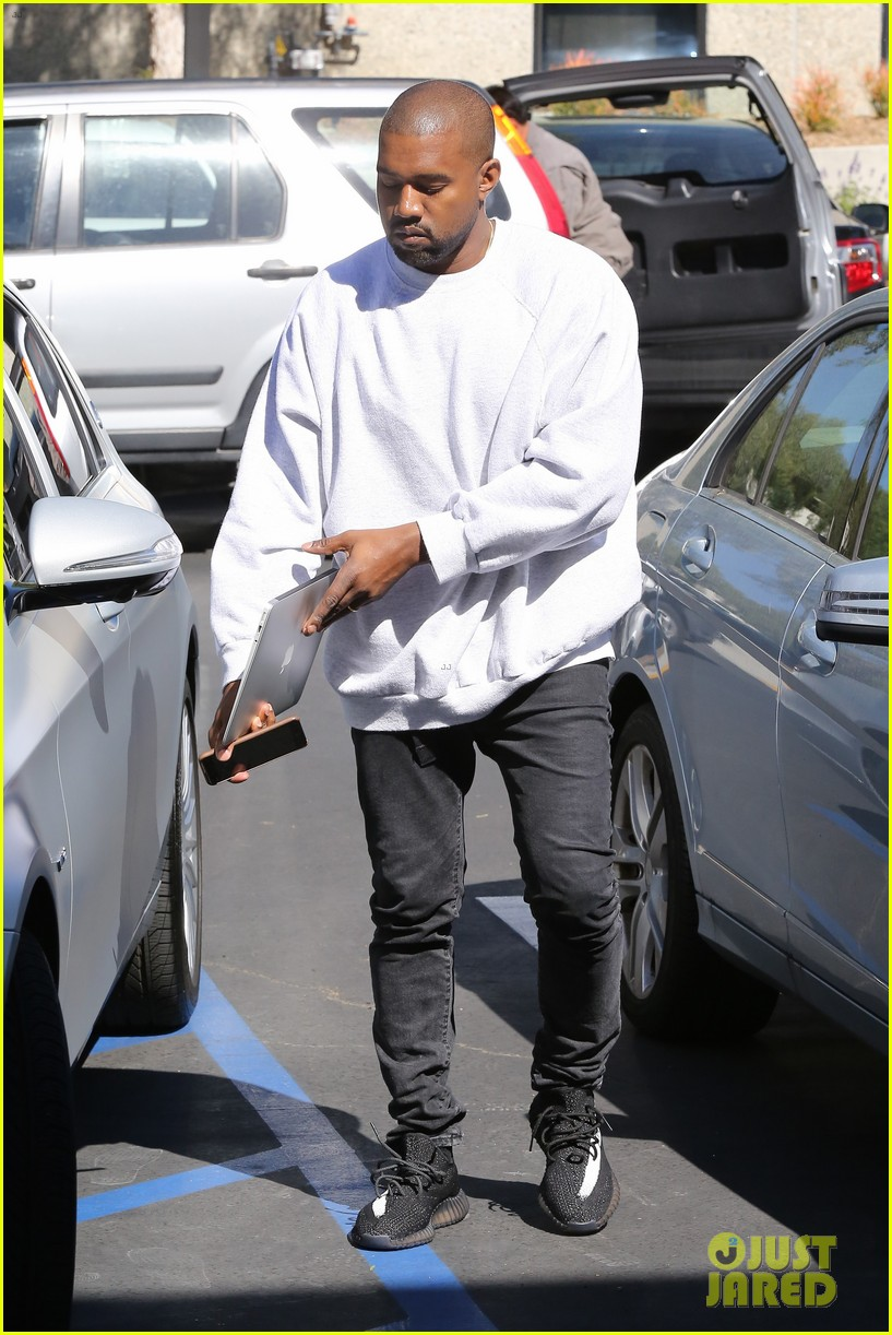 kanye west hires scooter braun manager 083618851