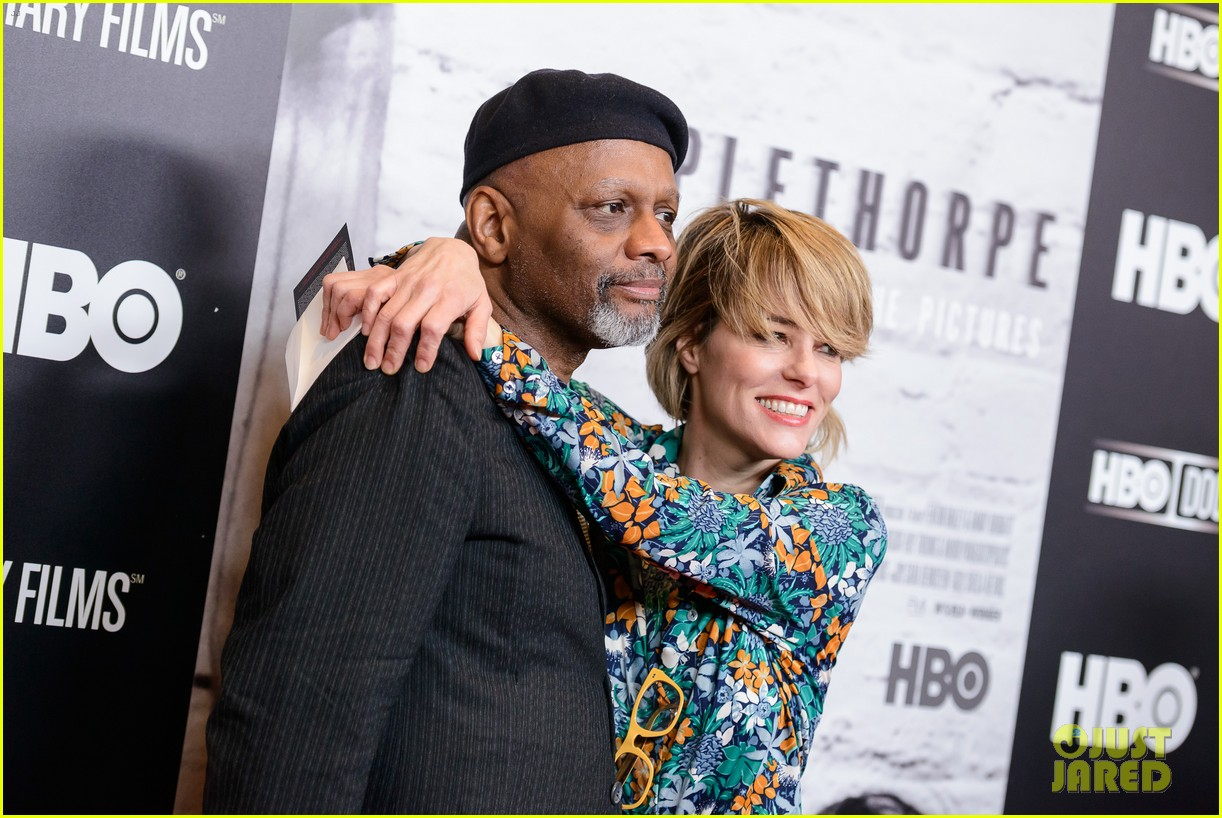 chloe sevigny helps premiere mapplethorpe look at the pictures in nyc 013612381
