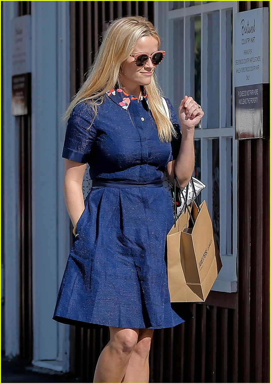Reese witherspoon rocks huge flower crown to lunch with gwyneth reese witherspoon rocks huge flower crown to lunch with gwyneth paltrow izmirmasajfo Images