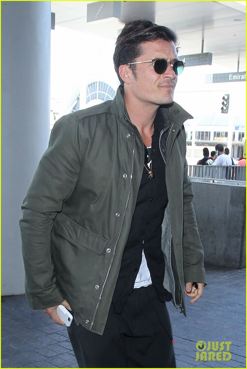 orlando bloom pulls off cool airport style for trip to paris 043641125