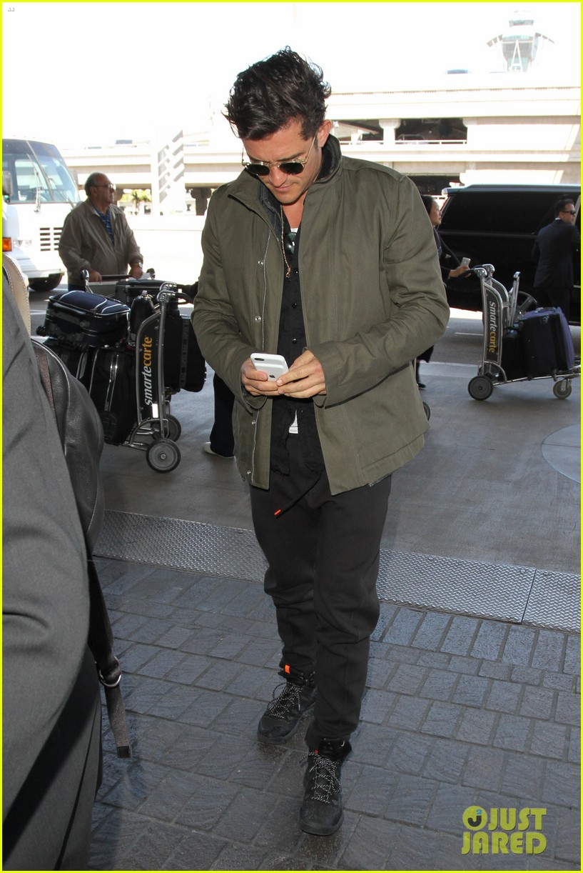 orlando bloom pulls off cool airport style for trip to paris 103641131
