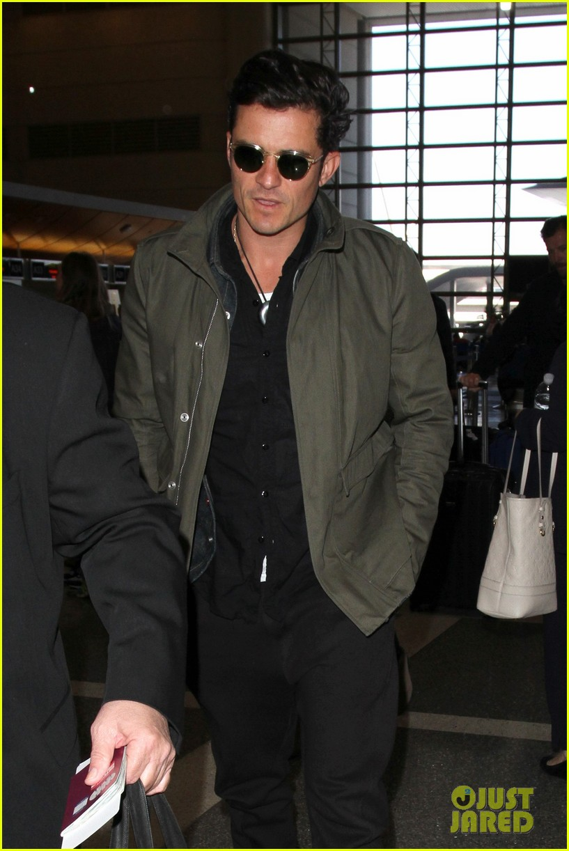 orlando bloom pulls off cool airport style for trip to paris photo 3641137 orlando bloom. Black Bedroom Furniture Sets. Home Design Ideas