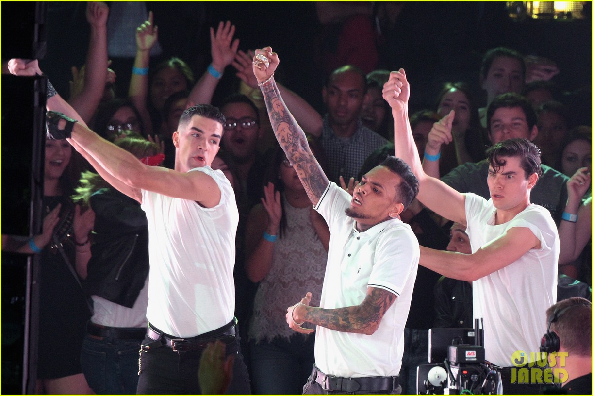 Chris Brown Performs 4 Songs at iHeartRadio Music Awards ...