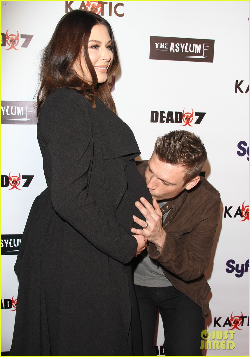 nick carter kisses pregnant wife lauren baby bump 023620465