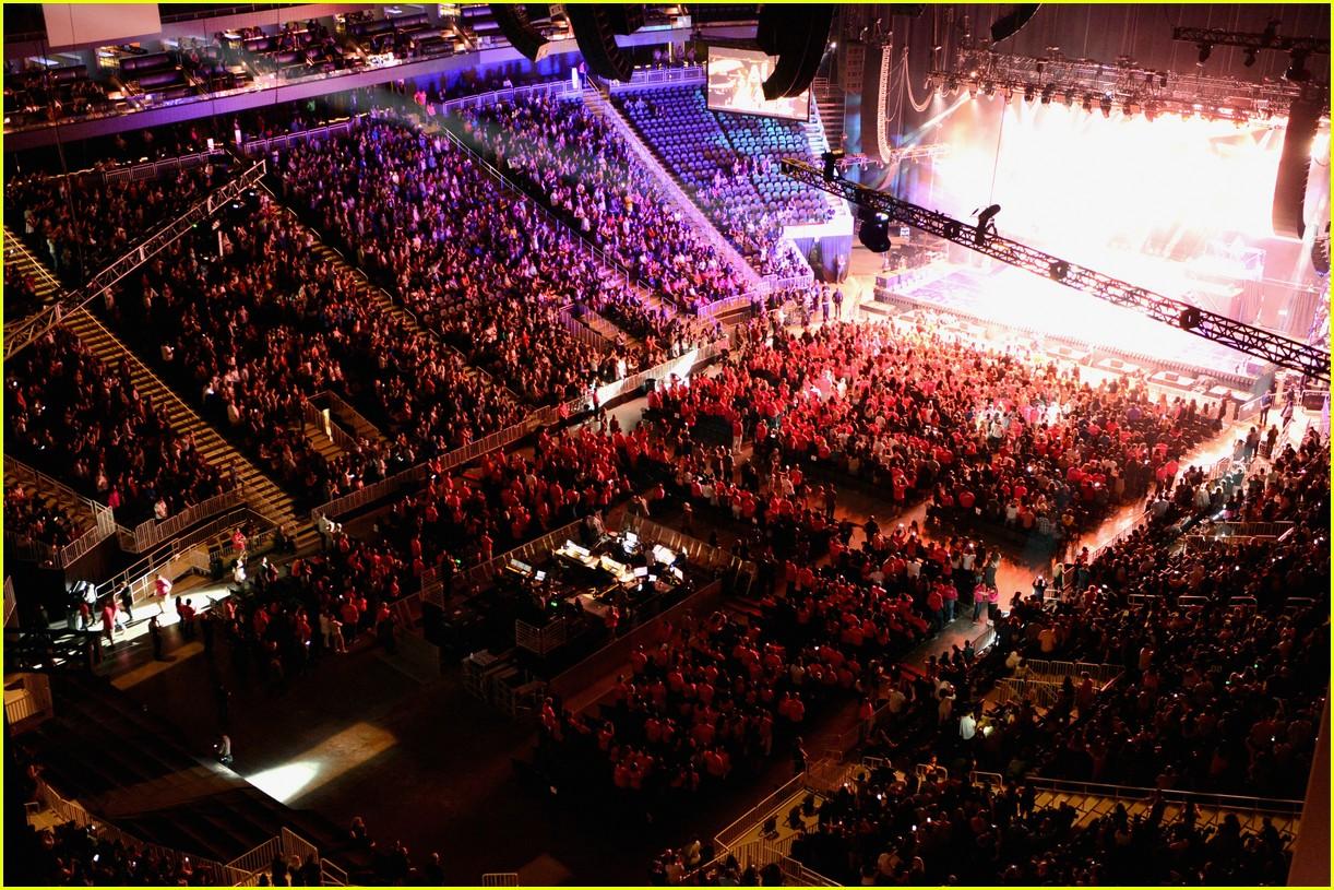 Ariana Grande Nicki Minaj Take Over T Mobile Arena In Las Vegas