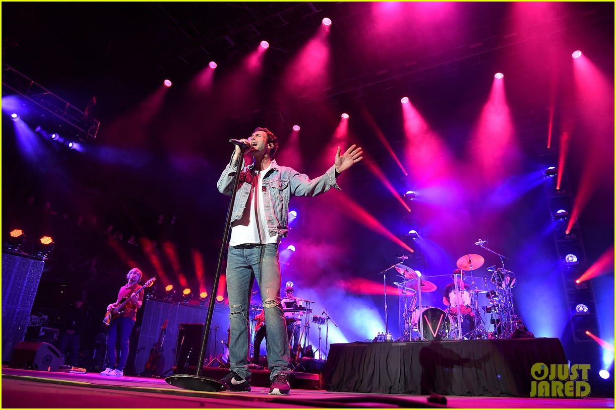 maroon 5 performs animals at iheartradio music awards 2016 223622273