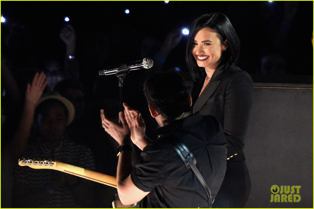 Demi Lovato Sings 'Stone Cold' with Brad Paisley at iHeartRadio ...