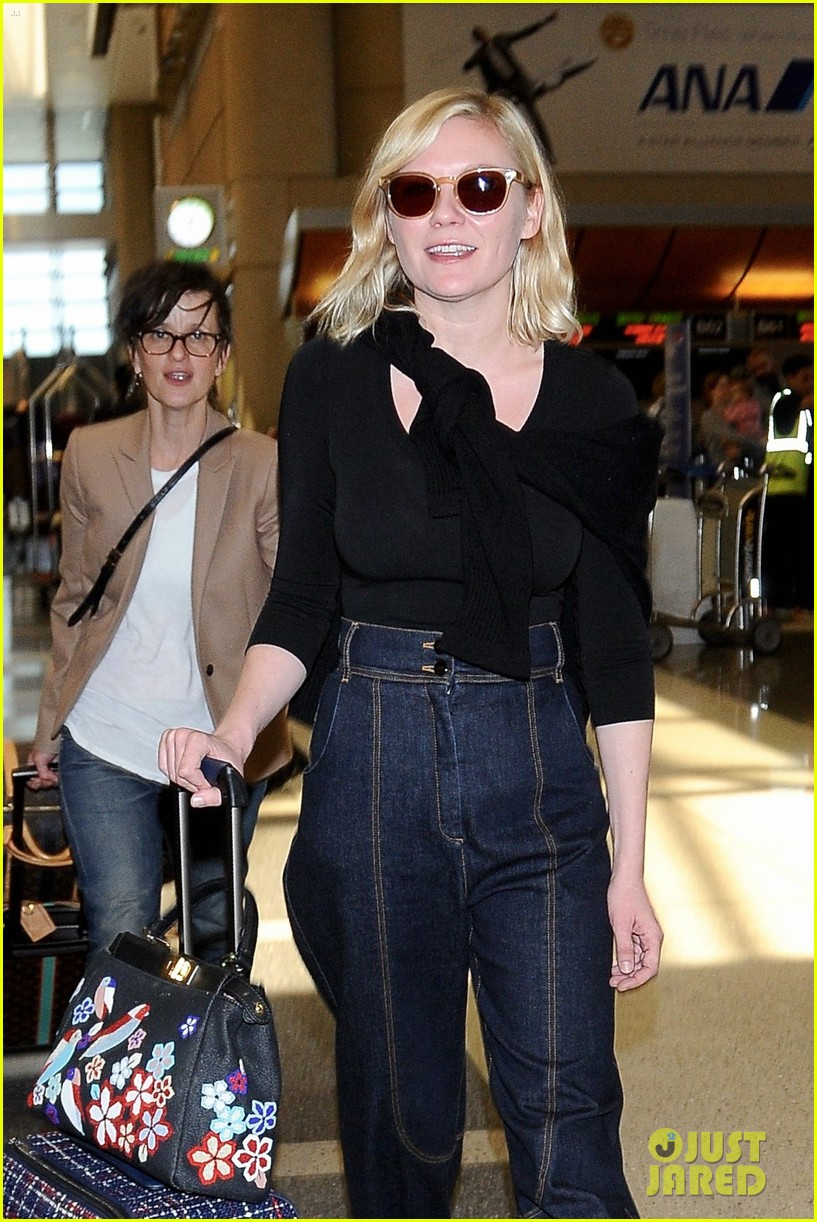 kirsten dunst catches flight out of lax 013650622