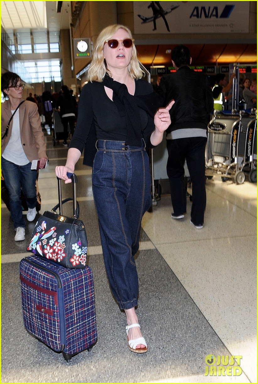 kirsten dunst catches flight out of lax 043650625