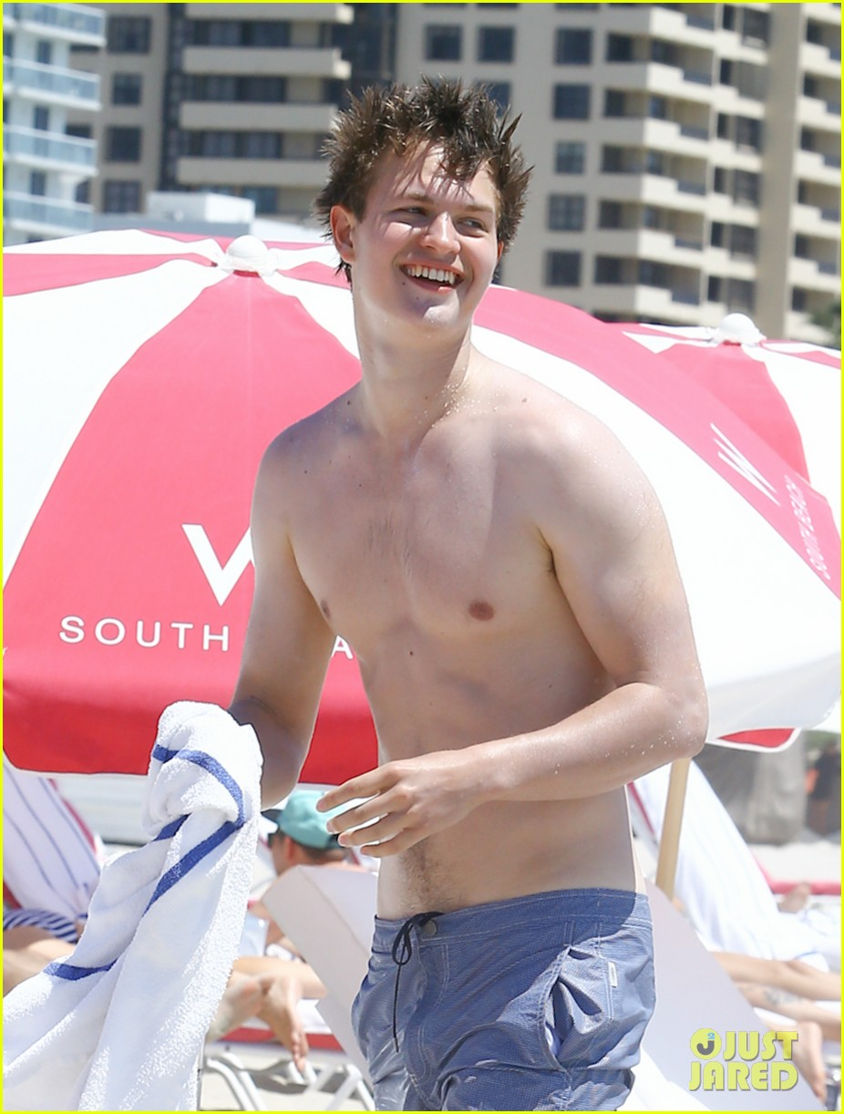 ansel elgort jets to miami beach time 023651925