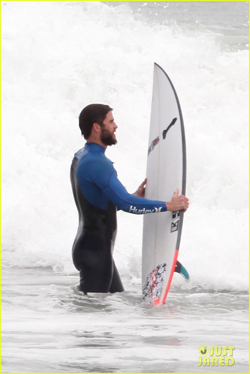 liam hemsworth strips out of his wetsuit after a surfing session 023661353
