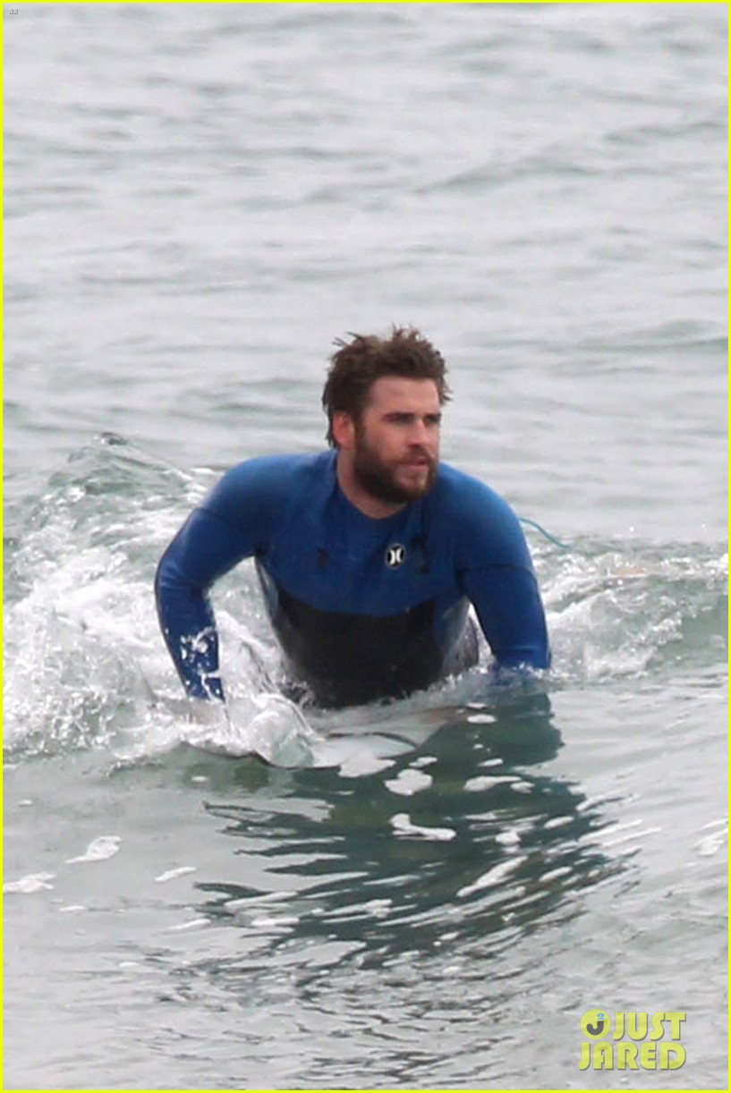 liam hemsworth strips out of his wetsuit after a surfing session 073661358