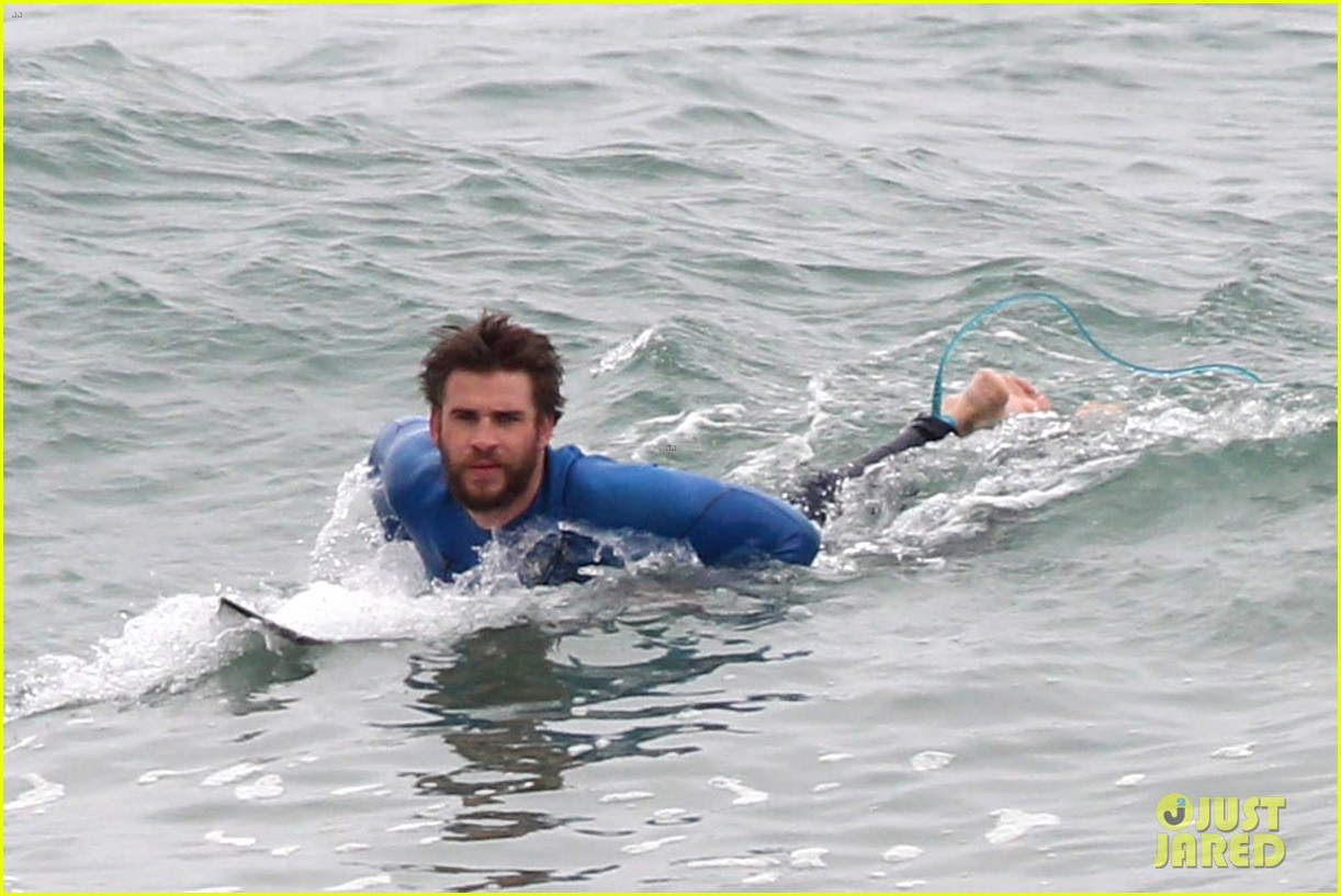 liam hemsworth strips out of his wetsuit after a surfing session 093661360