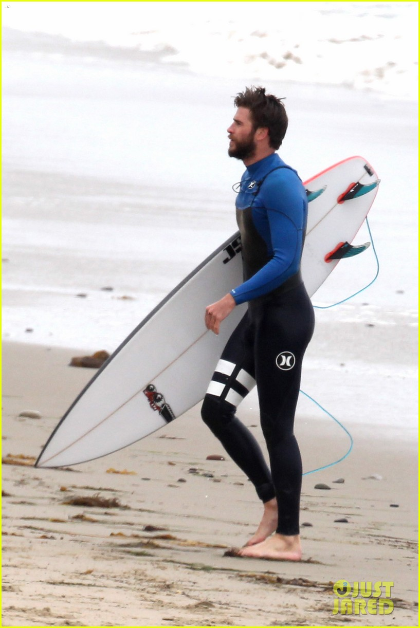 liam hemsworth strips out of his wetsuit after a surfing session 233661374