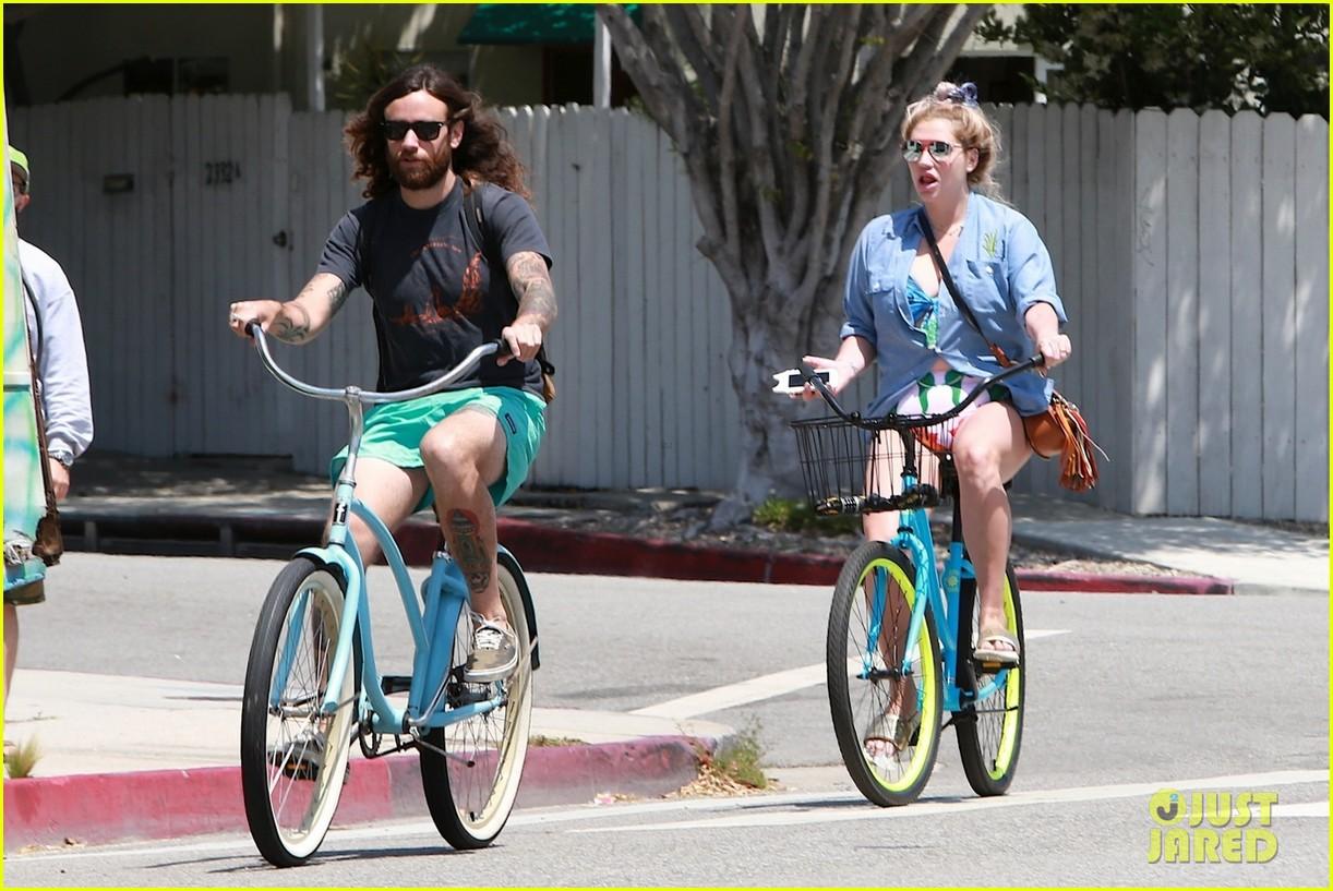 kesha bike ride with boyfriend 013645249