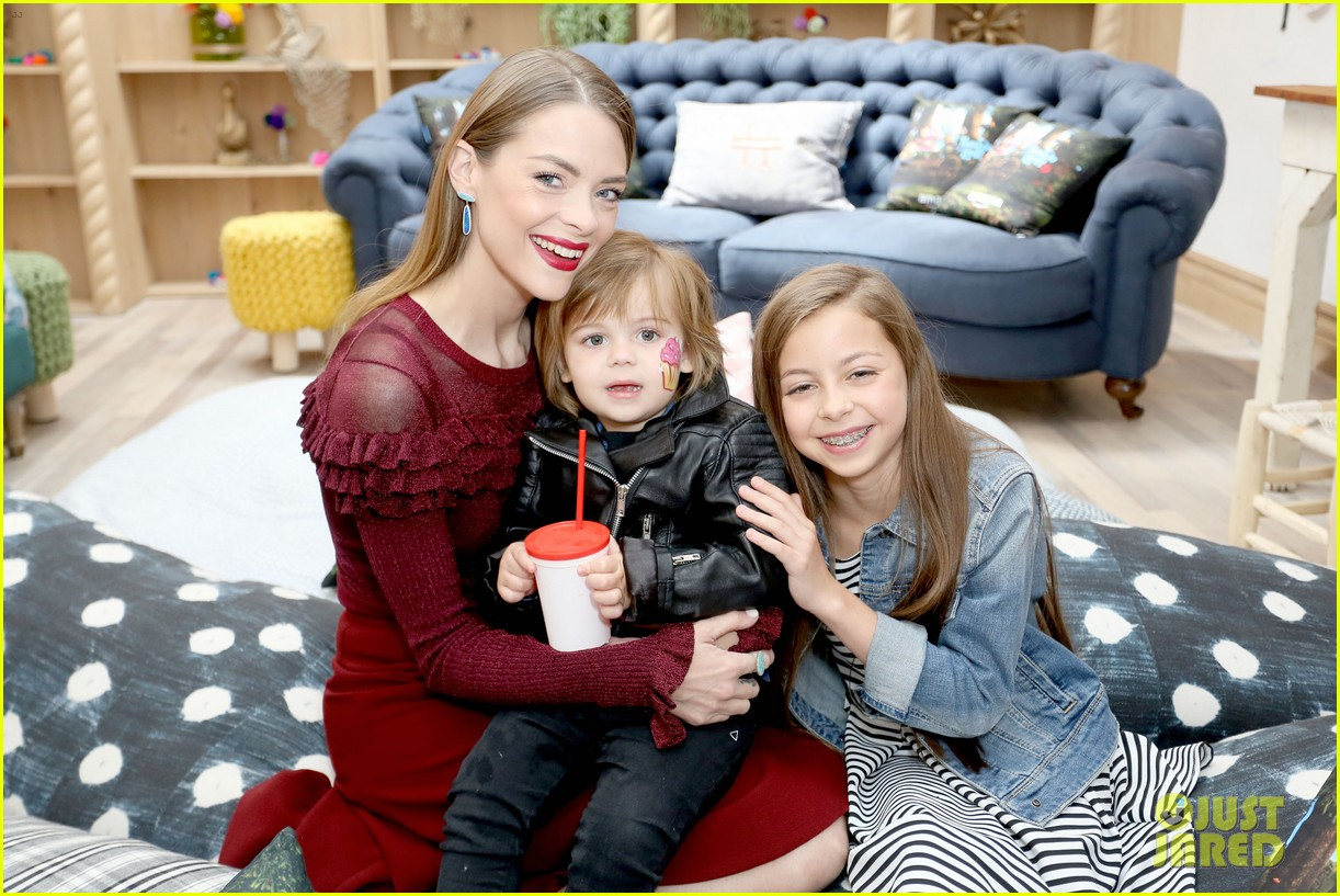 jaime king writes final chapter of poetry book at live show 063657325