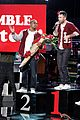 adam levine performs with andy samberg popstar character 01
