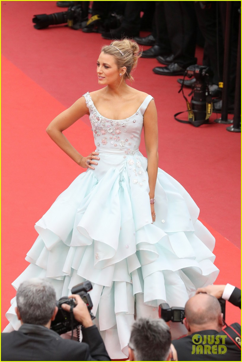 Pregnant Blake Lively Looks Like a Princess in This Ball Gown ...