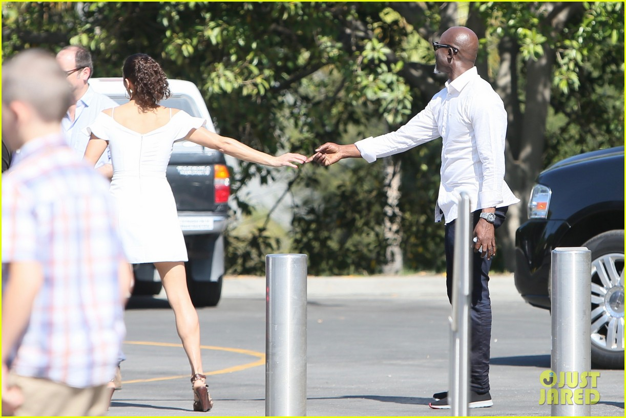 paula patton djimon hounsou share cute moment at extra 193655921