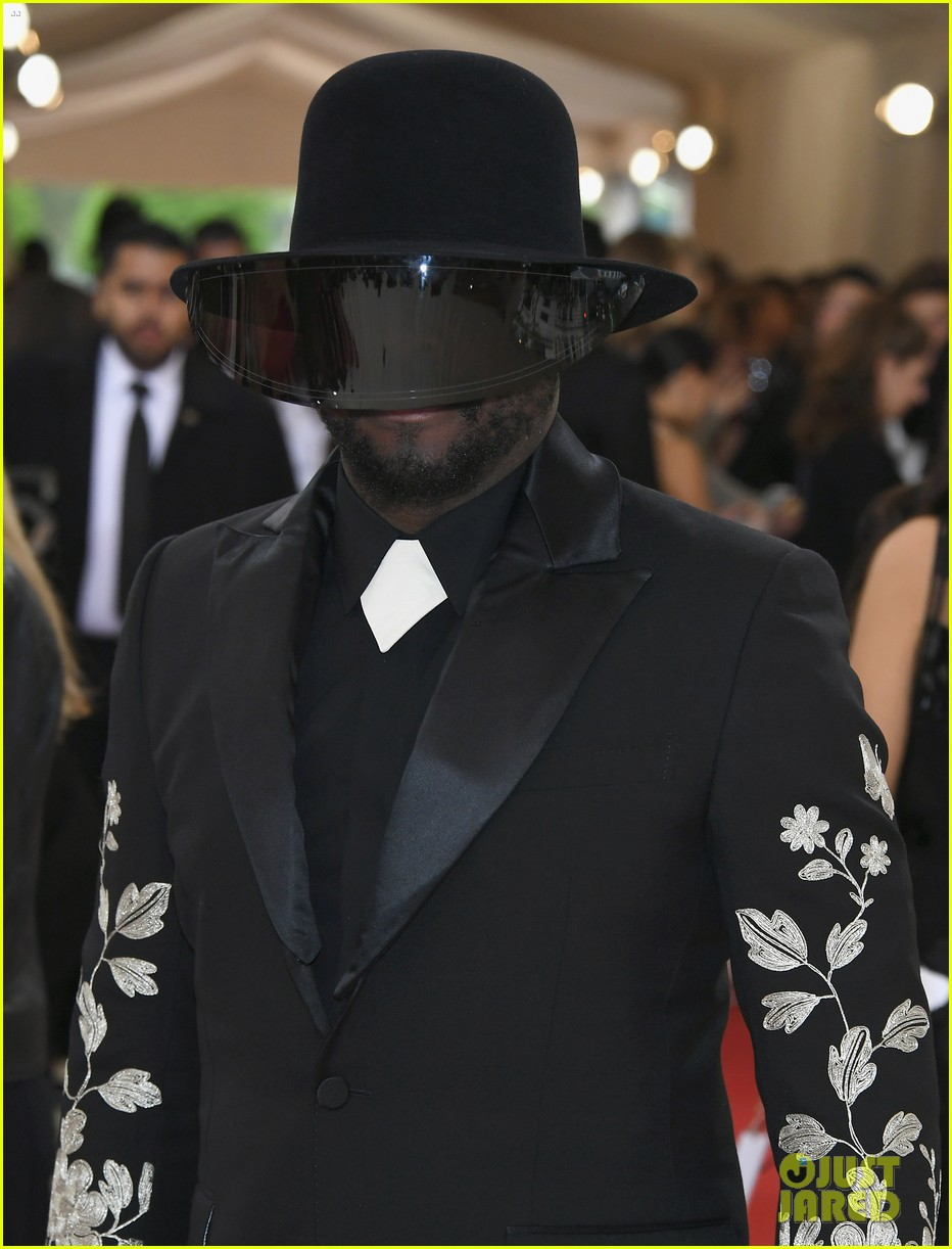 will.i.am Wears a Tinted Visor Over His Face at Met Gala 2016  Photo ... 4a8441569e7