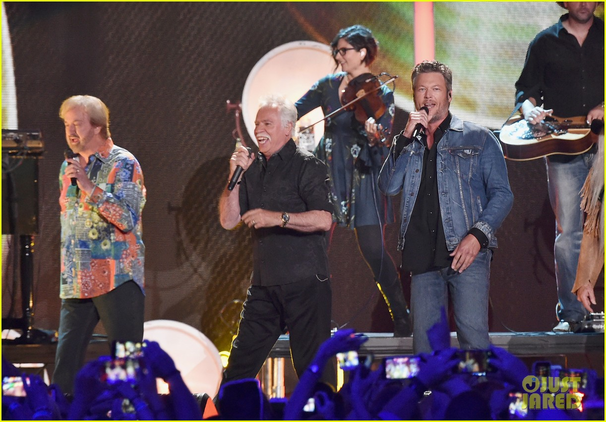 Blake Shelton Performs \'Doing It To Country Songs\' With The Oak ...