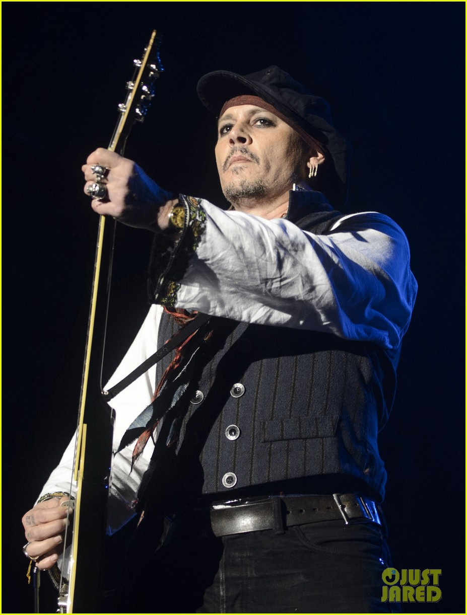 johnny depp performs with hollywood vampires 013675764