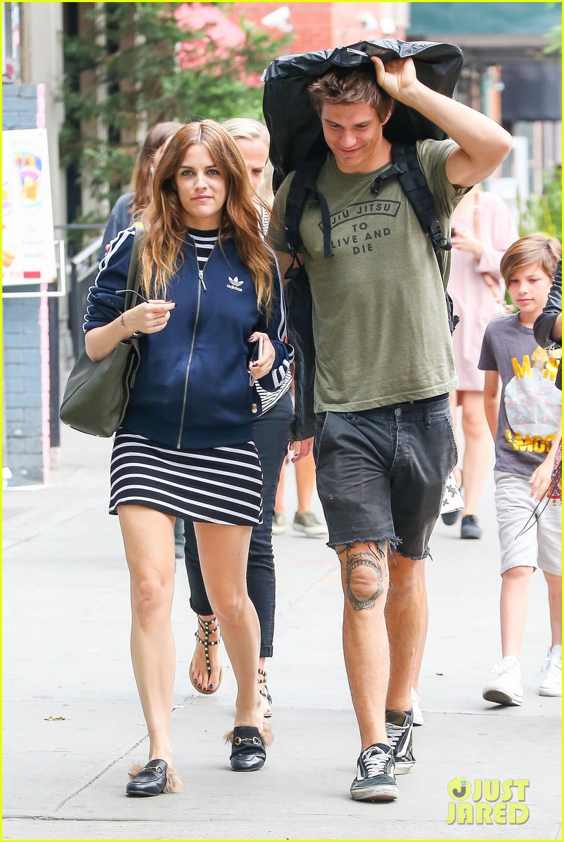 riley keough hubby ben smith petersen cuddle up in nyc 033691332