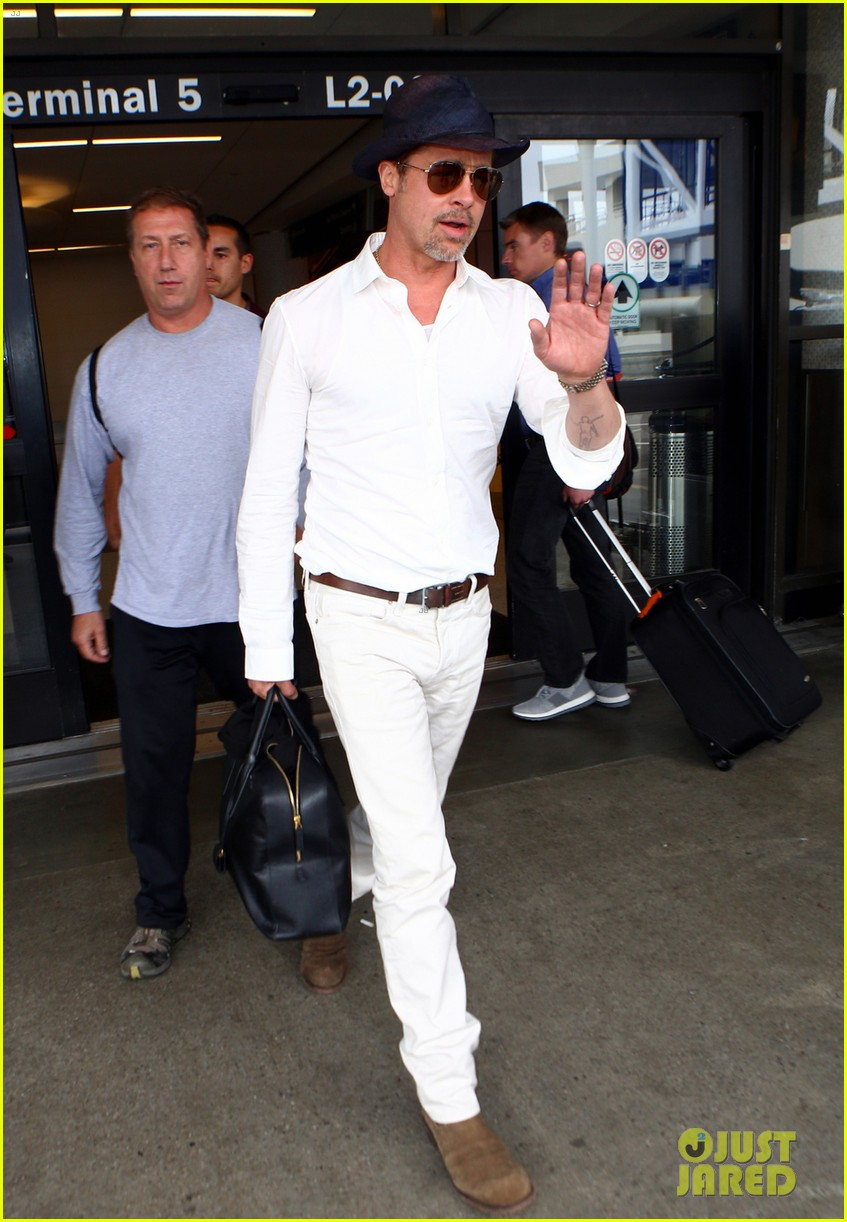 brad pitt wears all white for his lax arrival 023678048