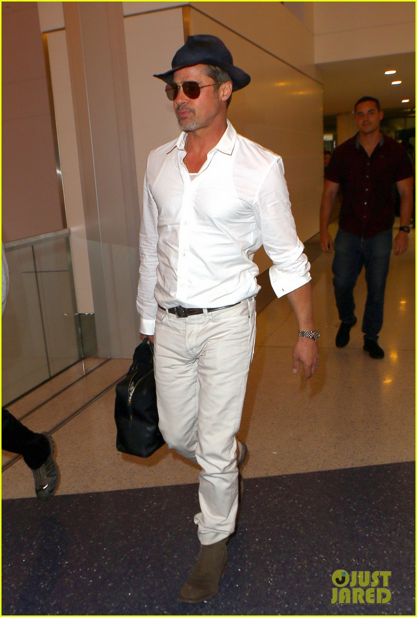 brad pitt wears all white for his lax arrival 043678050