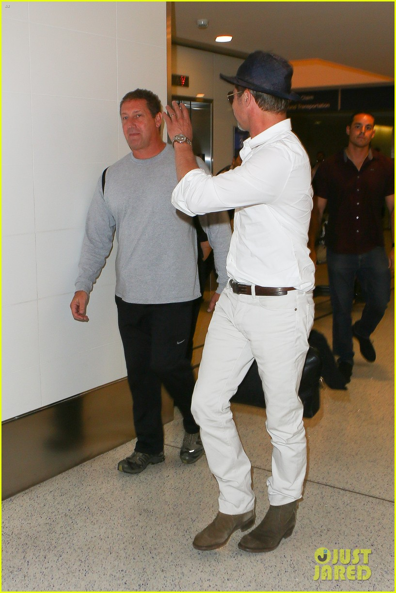 brad pitt wears all white for his lax arrival 053678051