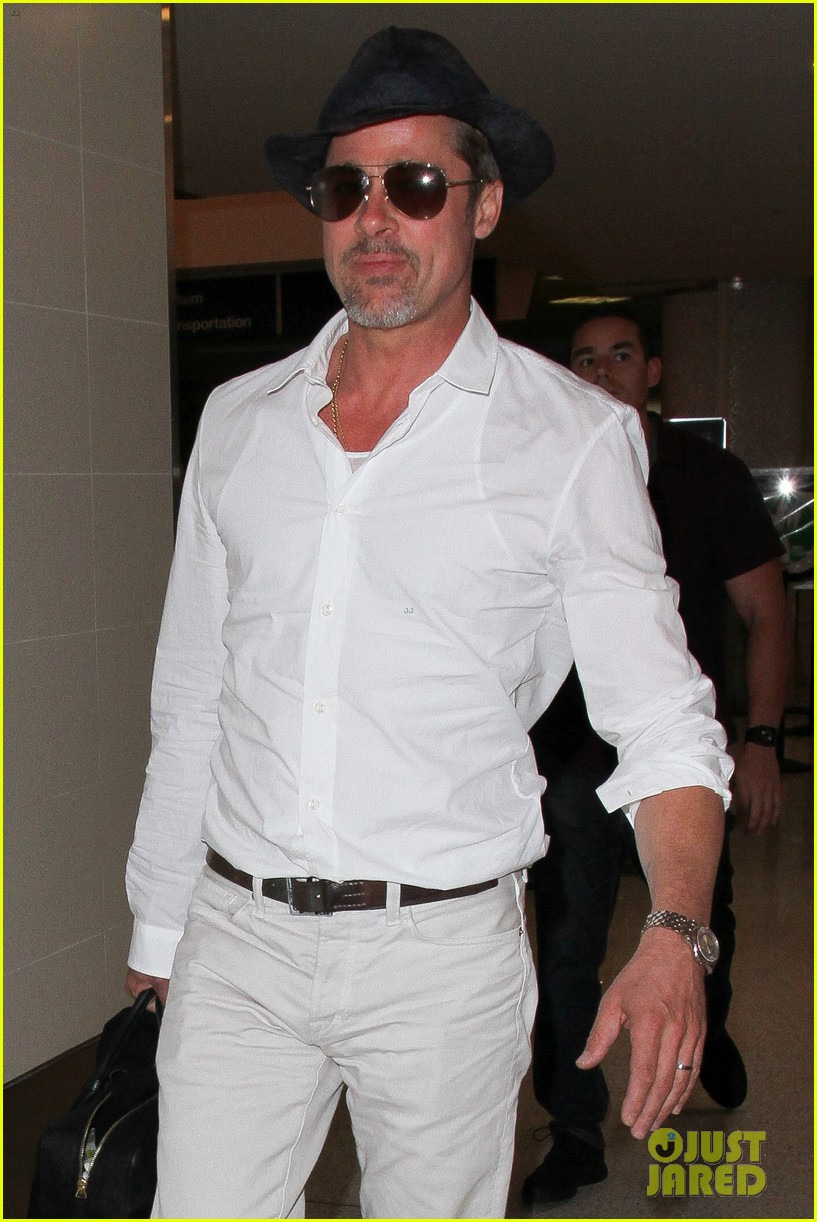 brad pitt wears all white for his lax arrival 063678052