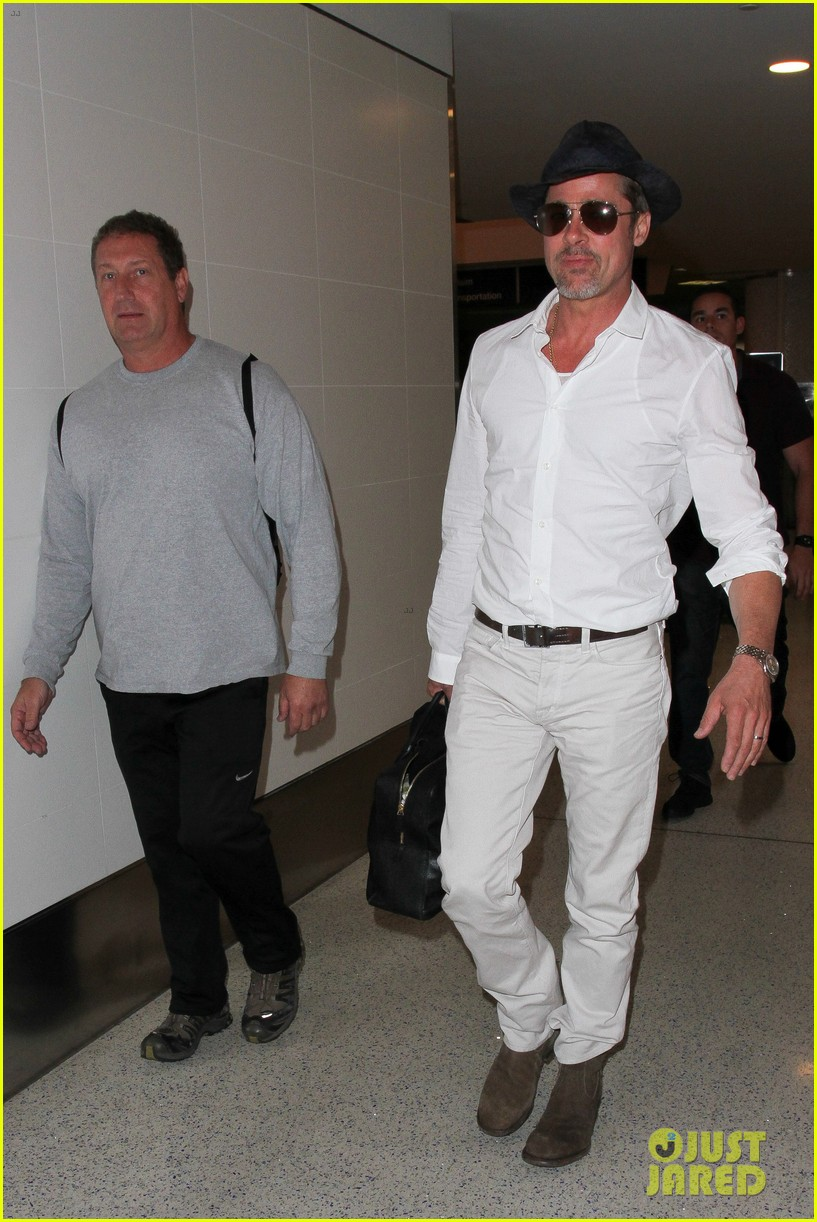 brad pitt wears all white for his lax arrival 073678053