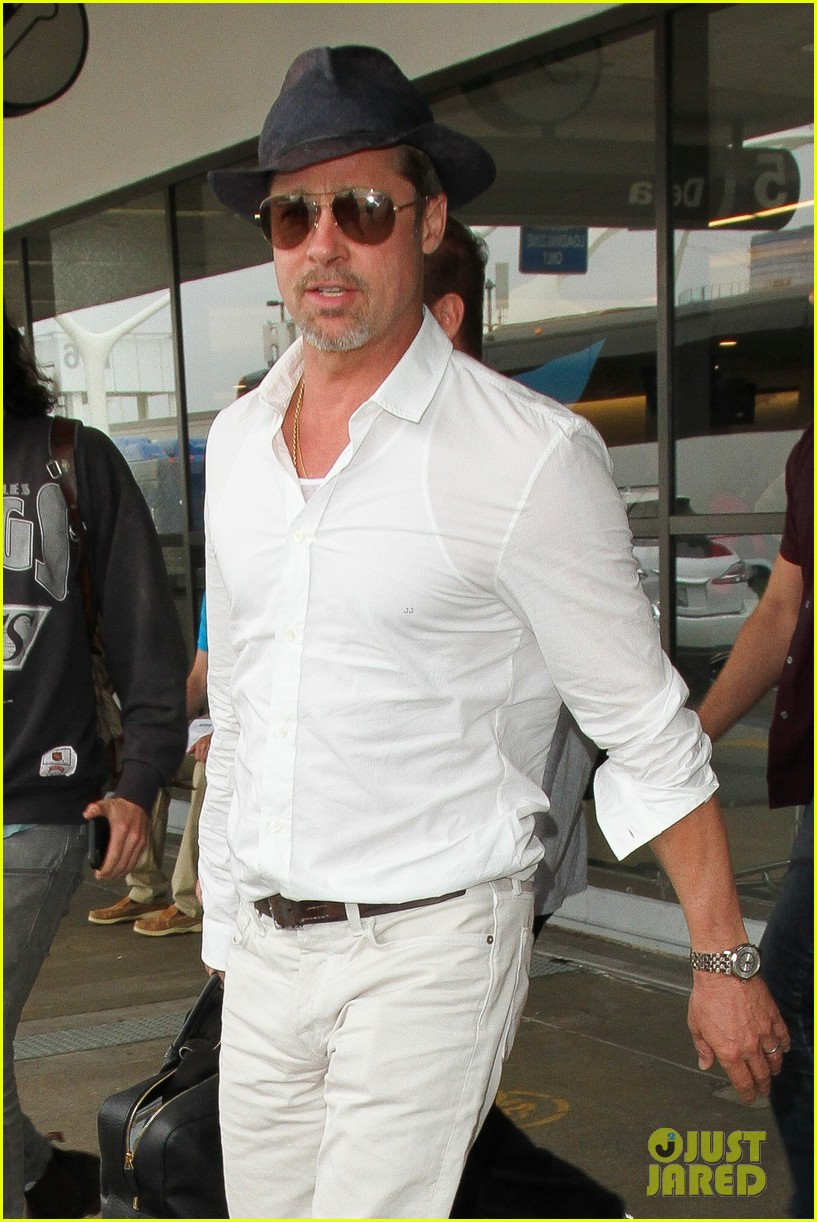 brad pitt wears all white for his lax arrival 083678054