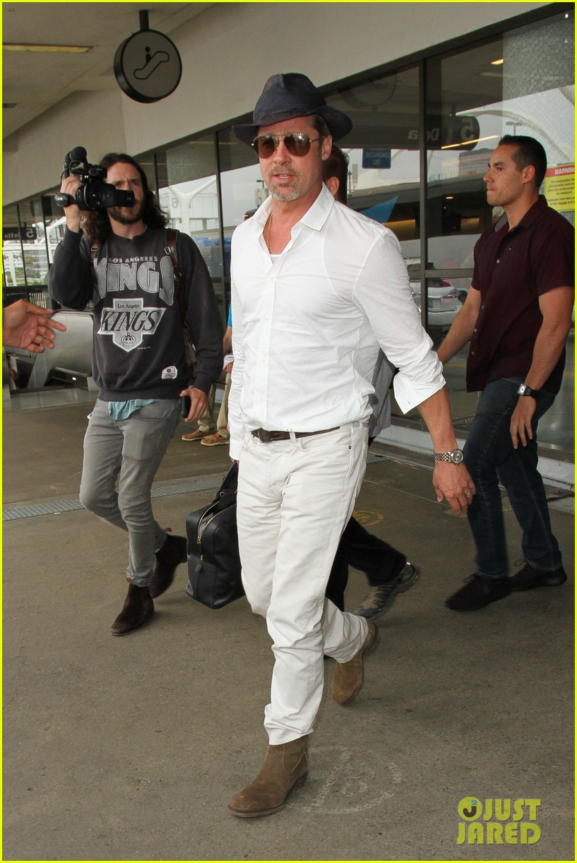brad pitt wears all white for his lax arrival 093678055
